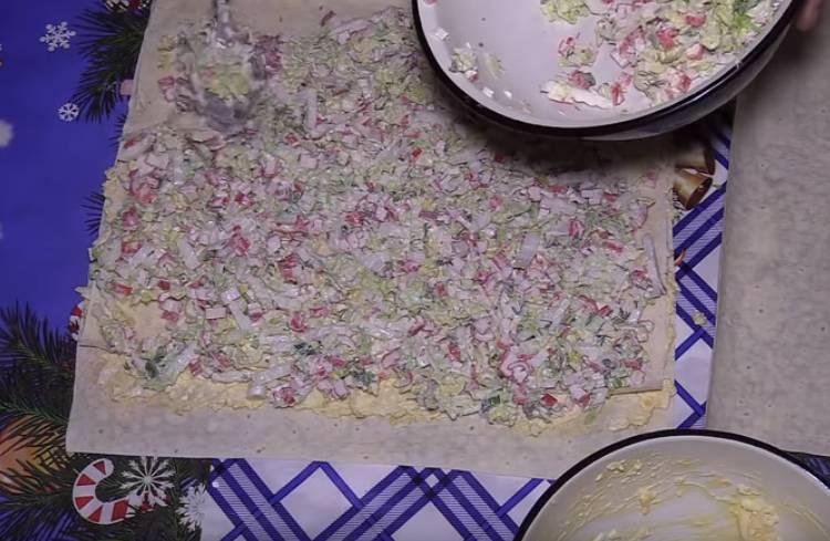Рулет из лаваша с крабовыми палочками плавленным сыром и яйцами