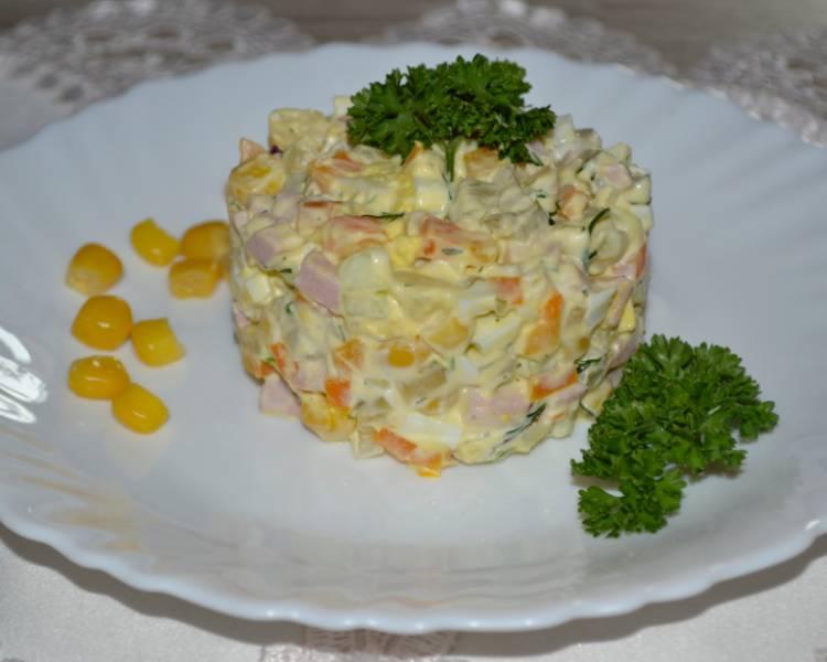 салат оливье с колбасой и кукурузой