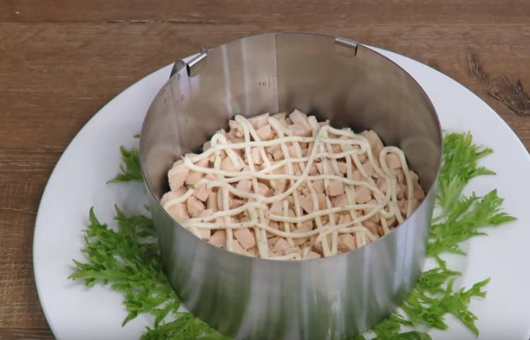 Слоеный салат с курицей и черносливом Дамский каприз