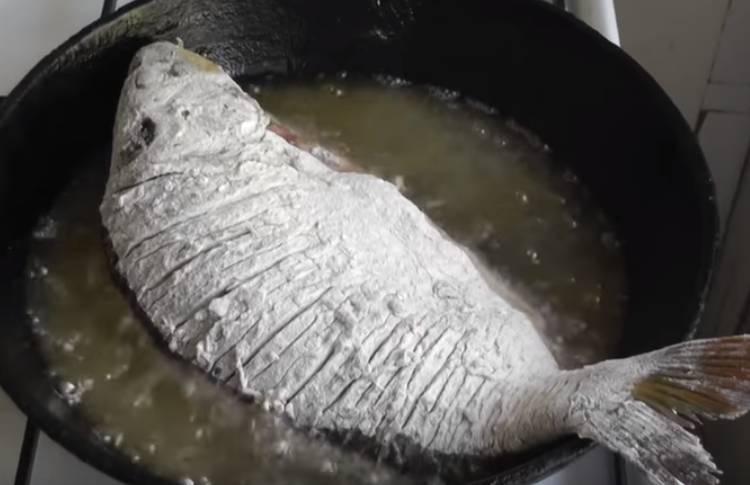 карп на сковороде жареный целый