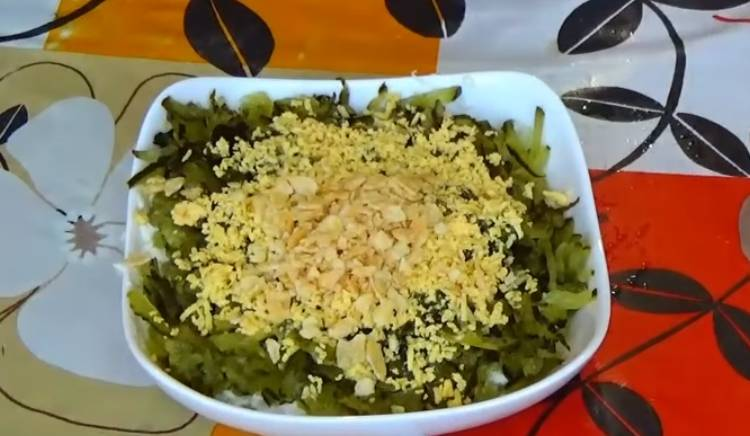 Салат из печени трески с солеными огурцами