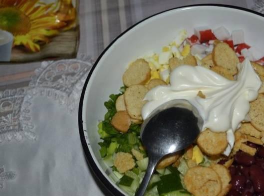 Салат с фасолью и сухариками крабовыми палочками