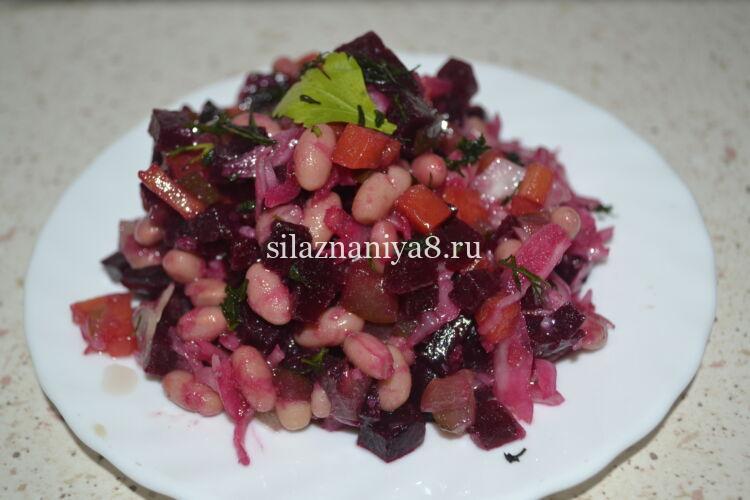Классический винегрет с фасолью и квашеной капустой и солеными огурцами готов