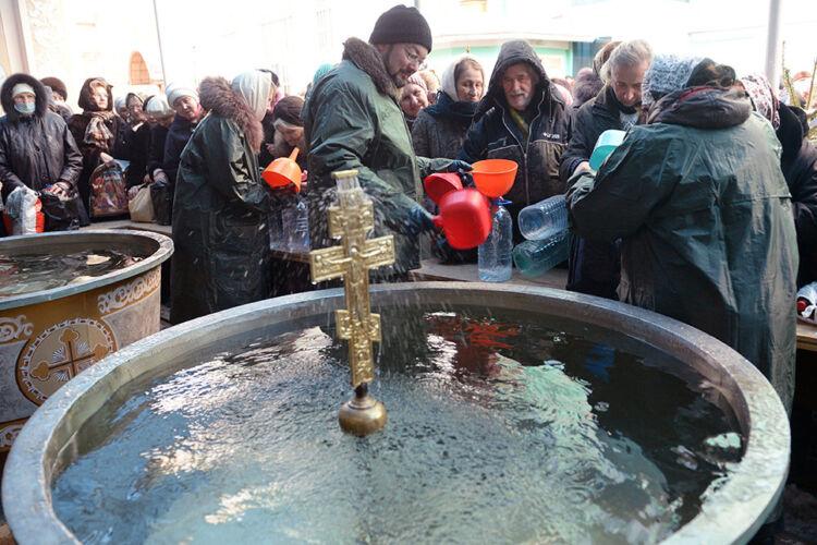 набирать крещенскую воду
