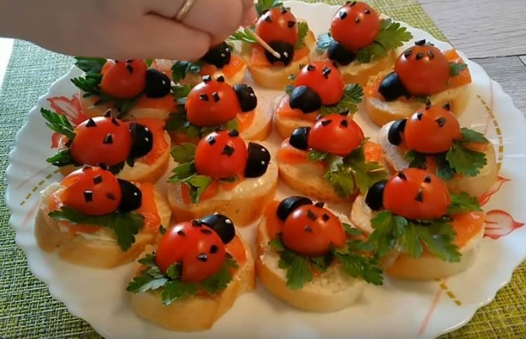 бутерброды Божьи коровки с помидорами