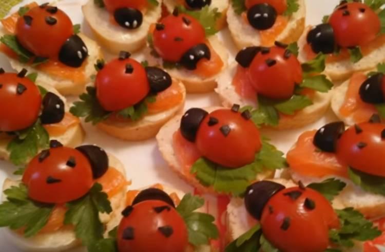 бутерброды божьи коровки с помидорами и красной рыбой