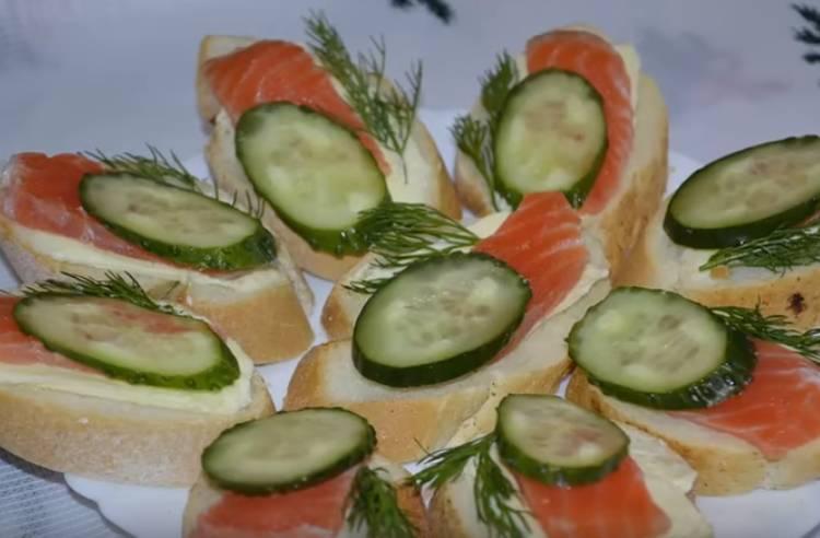 бутерброды с красной рыбой форелью и огурцом