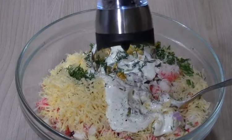 крабовый салат с рисом и кислым огурцом