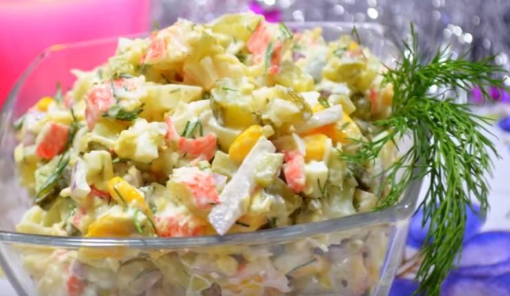 крабовый салат с рисом и соленым огурцом