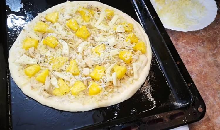 гавайская пицца с ананасом и курицей