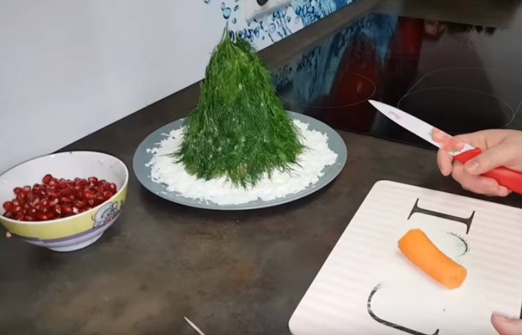 салат елочка с укропом и гранатом