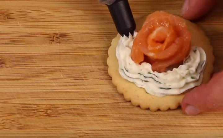 бутерброды с семгой на крекере