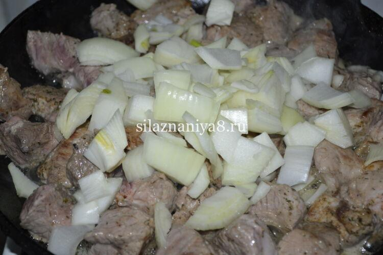 гуляш из свинины с подливой на сковороде с луком