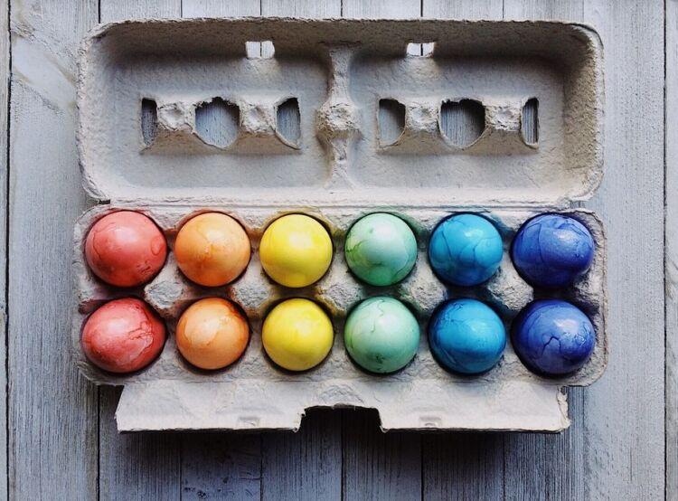Как покрасить яйца на Пасху, используя натуральные ...