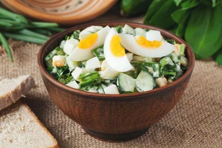 салат из черемши с яйцом и огурцом со сметаной