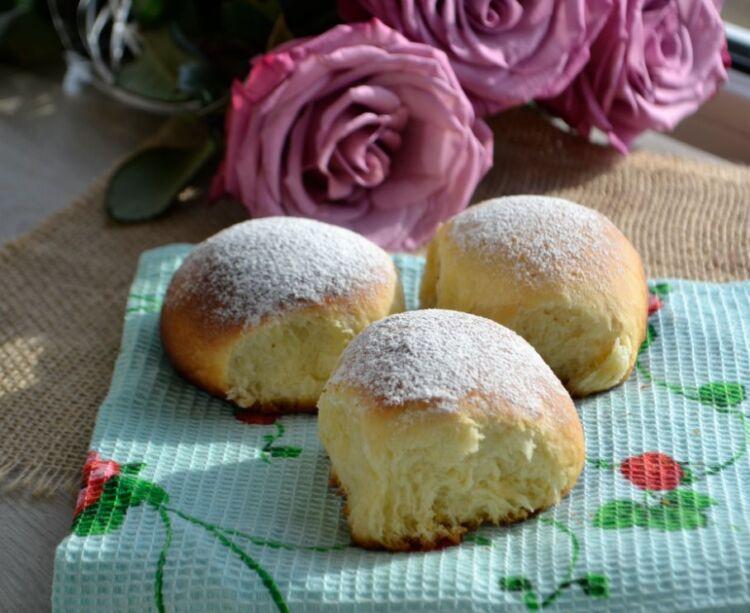 сдобные сладкие дрожжевые булочки в духовке на молоке