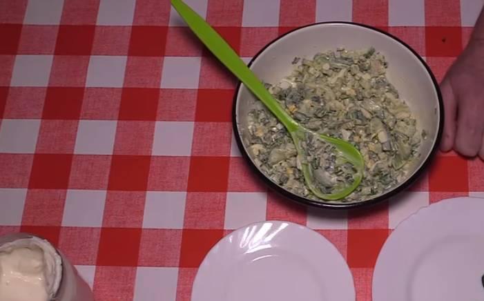 салат из черемши с яйцом и огурцом