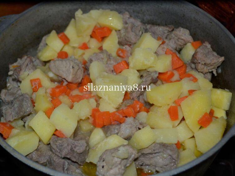 Жаркое из свинины и картошки тушеное в казане по домашнему