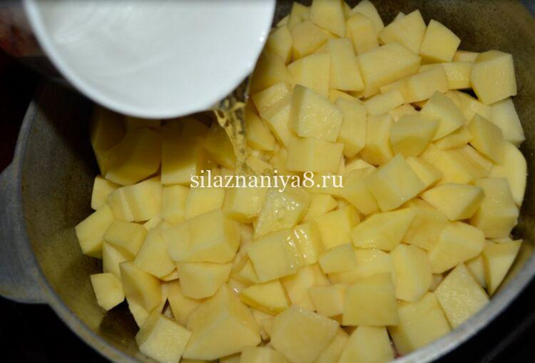 Жаркое из свинины и картошки тушеное в казане