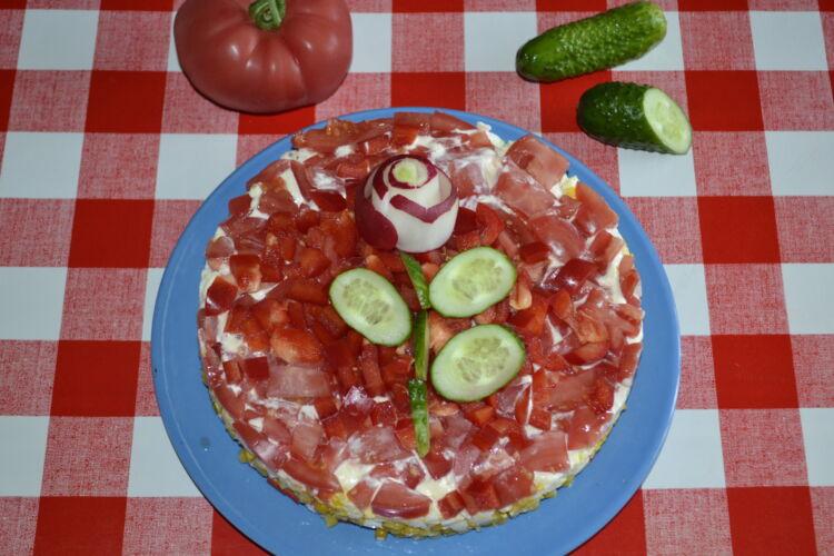 крабовый салат с перцем и помидорами