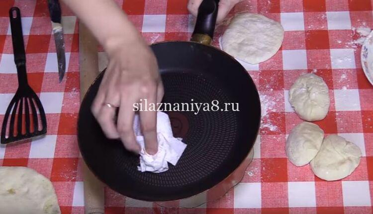 лепешки на кефире с картошкой на сковороде