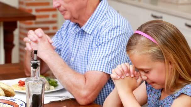 молится перед обедом