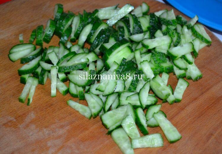 салат с кукурузой и копченой колбасой с сухариками