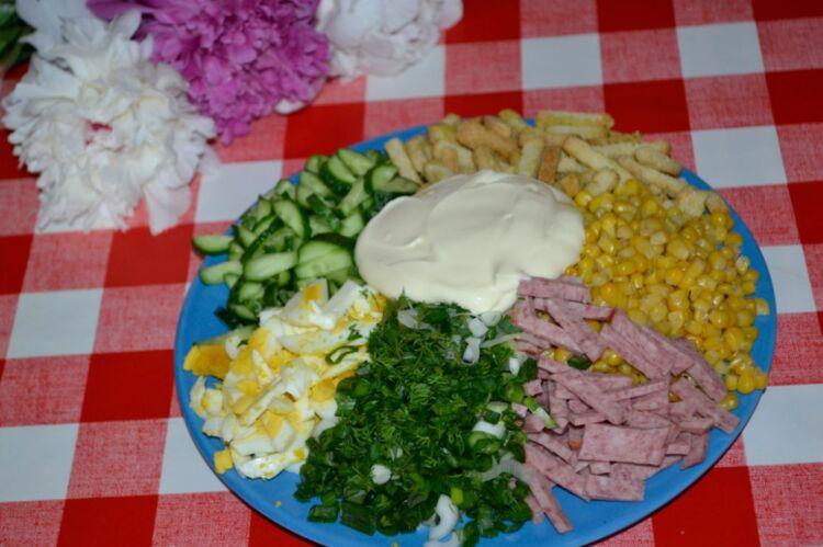 салат с кукурузой и копченой колбасой
