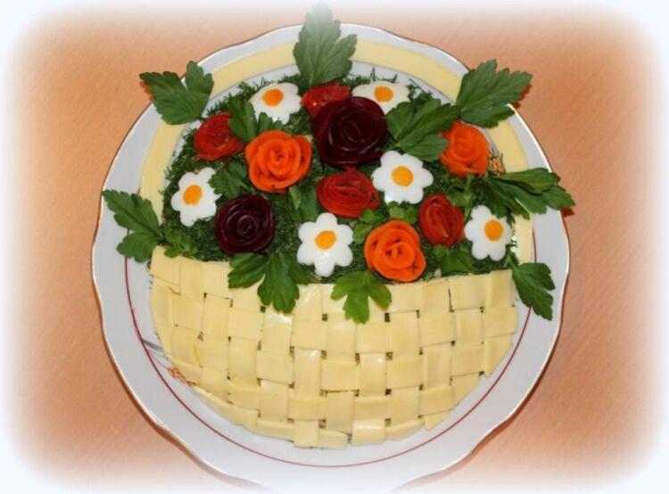 Вкусный салатик на 8 марта с копченой курицей и черносливом