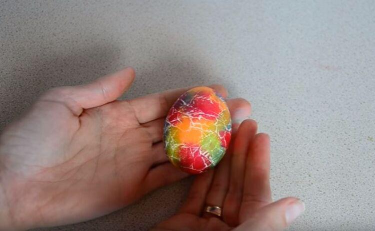 Красим яйца с красителем и маслом под мрамор