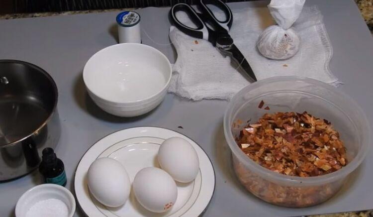 Мраморные яйца на Пасху с зеленкой и луковой шелухой своими руками