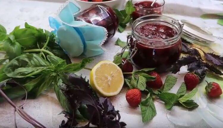 Очень вкусный рецепт варенья из клубники с мятой, лимоном и базиликом