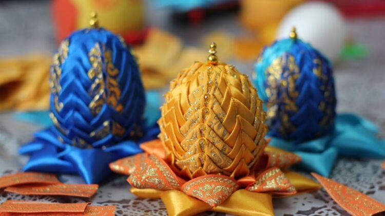 Пасхальные яйца из атласных лент в стиле артишок