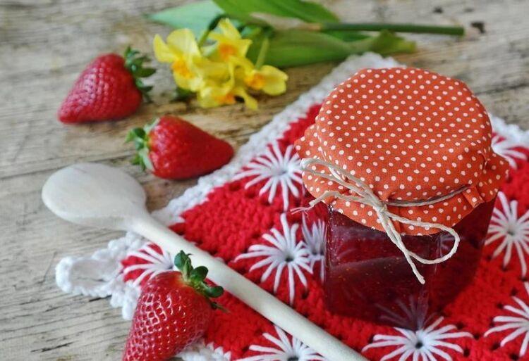 густое клубничное варенье с целыми ягодами