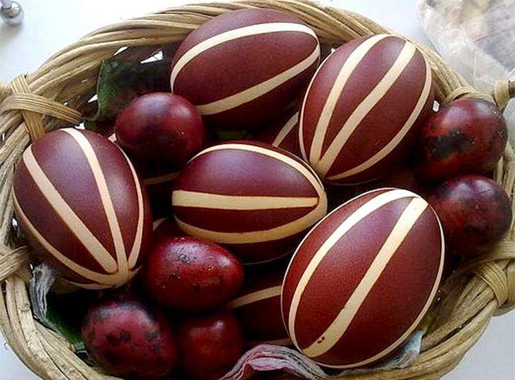 как покрасить яйца в луковой шелухе резинками