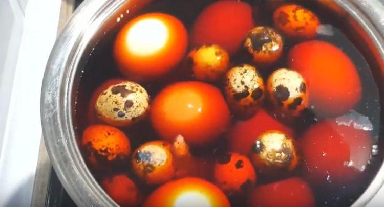 как покрасить перепелиные яйца в луковой шелухе