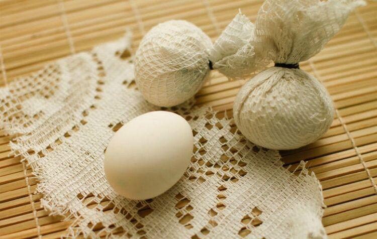 яйца в кружеве и луковой шелухе