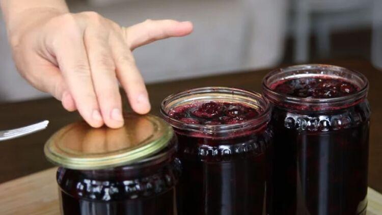 вишневое варенье на сковороде