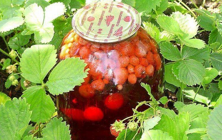 компот из вишни и клубники на зиму на 3 литра