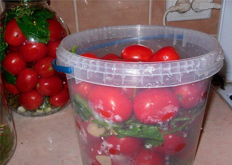 соленые помидоры в пластиковом ведре
