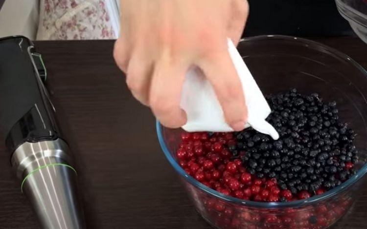 Ассорти из клубники, черники и красной смородины