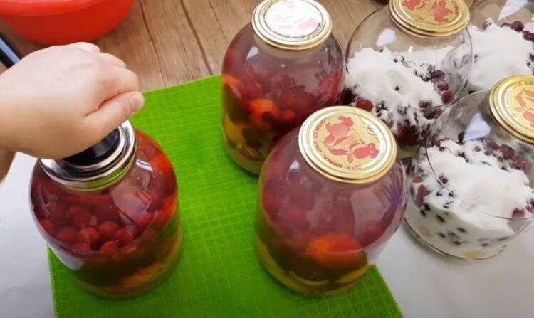 Как приготовить компот из крыжовника с вишней и абрикосом на зиму