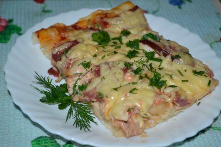 Пицца с курицей, колбасой и сыром