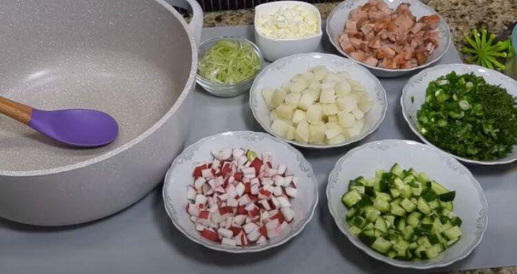 вкусной окрошки с колбасой на минеральной воде и кефире