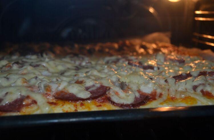 пицца с колбасой и курицей твердым сыром в духовке