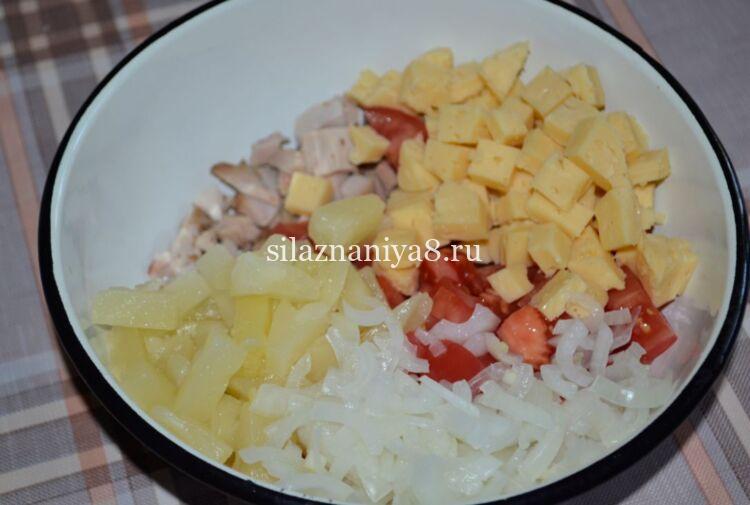 салат с копченой курицей и помидорами и сыром