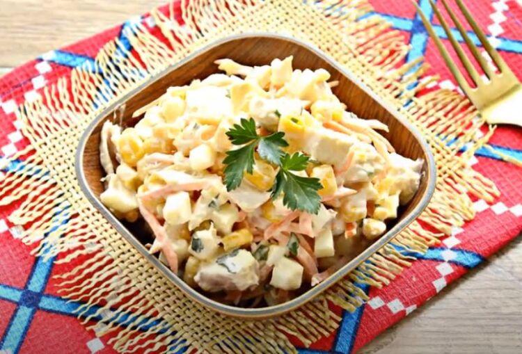Салат с ананасом, курицей и кукурузой