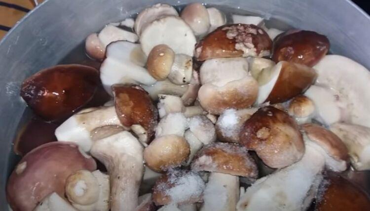 как мариновать белые грибы на зиму в банках по простому рецепту
