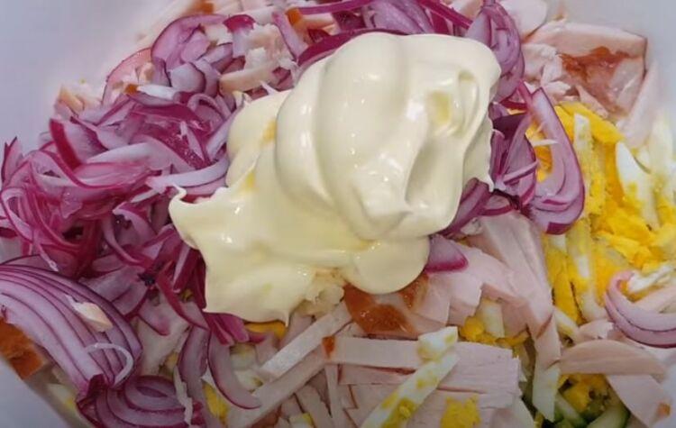Вкусный салат с копченой курицей, ананасом и сыром