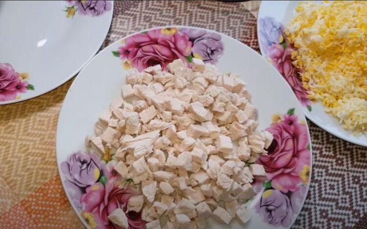 салат с курицей и ананасами классический простой рецепт